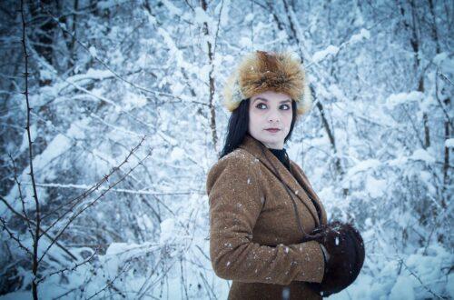 kobieta w zimowym płaszczu